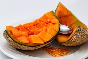 Melone halbieren mit einem Löffel entkernen. Das Fruchtfleisch in kleine stücke schneiden. Papaya schälen,halbieren und entkernen. Das Fruchtfleisch in kleine stücke schneiden. die Melone und Papaya in einem weiten Topf geben und mit dem Gelierzucker mischen und zugedeckt 2 Stunden stehen lassen ,bis sich Saft bildet. Bei Aga Aga Anwendung bitte nach Packungsanweisung gehen! Dann 1 Zitrone Heiß abwaschen und die Schale dünn in Streifen abschneiden. Beide Zitonen auspressen. Pistazien fein hacken. Gläser säubern,heiß ausspülen und abtropfen lassen. Zitronensaft, Zitronenschale und Pistazien zu den Früchten geben, dann alles bei starker Hitze zum kochen bringen. Die Konfitüre bei mittlerer Hitze unter Rühren 4 Minuten kochen lassen bis sie geliert. Konfitüre in Gläser füllen,sofort verschließen und auf dem Kopf stellen bis sie abgekühlt sind. Hält sich am kühlen Ort ca. 6 Monate